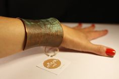 Brazalete de cobre patinado Hecho a mano Fan Page: Victoria Alonso Joyas www.victorialonso.com