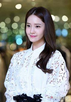 Im Yoon Ah, Yoona Snsd, Ecchi Girl, Girls Generation, Korean Singer, Asian Beauty, Girl Group, Ruffle Blouse, Actresses