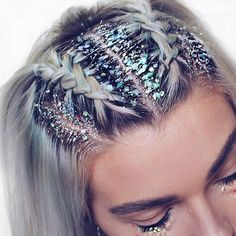 ♢ As hair trends go we don't think we'll ever tire of glitter roots! ♢ As hair trends g Smart Hairstyles, Box Braids Hairstyles, Straight Hairstyles, Festival Hairstyles, Hairstyles For Concerts, Hairstyle Hacks, Braided Hairstyles For Short Hair, Carnival Hairstyles, New Year Hairstyle