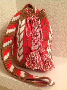 Otro trabajito terminado! Tapestry Crochet Patterns, Crochet Mandala, Knit Crochet, Crotchet Bags, Mochila Crochet, Tapestry Bag, Boho Bags, Crochet Purses, Crochet Accessories