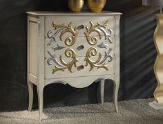 Cómoda alta con 3 cajones tallada, acabado en cerezo francés y decorada a mano. Mod: LXL1028.B3