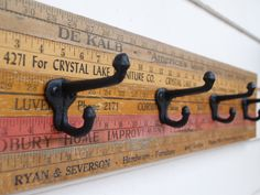 Vintage yardstick coat rack - Super easy DIY Glue yard sticks together then glue hooks on Do It Yourself Furniture, Diy Furniture, Furniture Market, Industrial Furniture, Antique Furniture, Home Projects, Craft Projects, Craft Ideas, Yard Sticks