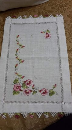 This Pin was discovered by Sel Cross Stitch Borders, Cross Stitch Patterns, Flower Crafts, Beading Patterns, Smocking, Hand Embroidery, Bohemian Rug, Diy And Crafts, Table Decorations