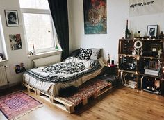 Hippie Apartment Decor, Apartment Design, Apartment Living, Bed On Crates, Crate Bed, Cute Bedroom Ideas, Room Ideas Bedroom, Home Bedroom, Bohemian Style Bedrooms