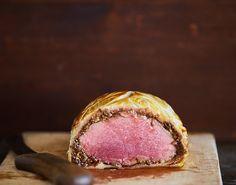 Vi giver dig opskriften på en engelsk legende: Beef Wellington! Det møre kød svøbes af en sprød dej, der gør hver eneste bid til en himmelsk oplevelse!