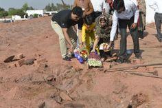 Nabestaanden leggen bloemen op de plek waar het stel werd gedood
