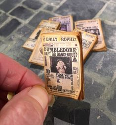 Miniature Books and Newspapers From Harry Potter Adventures – Fubiz Media Harry Potter Miniatures, Harry Potter Potions, Harry Potter Books, Harry Potter Newspaper, Charmed Book Of Shadows, Harry Potter Christmas, Graffiti Alphabet, Tiny World, Crafts Beautiful