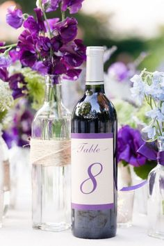 hochzeit tischdeko ideen weinflasche tischnummer lila                                                                                                                                                      Mehr