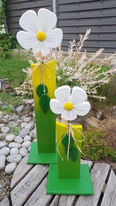 """Blumenschild """"Margerite"""" einzeln oder im 2er Set  Gefertigt aus Fichtenholz mit Acrylfarbe wetterfest bemalt. Mit festem Standfuß und handgefertigten Blättern.  groß  H = ca. 65 cm -..."""