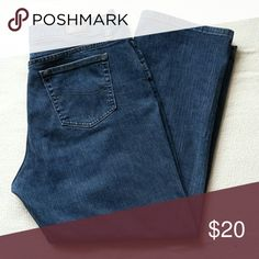 Ladies Lee Jeans Stylish straight leg jeans in a medium wash. These jeans can be worn with your favorite sweater and boots. If you can wear jeans to work, these are perfect because they are a nice solid color that would look great with a blouse and blazer. Lee Jeans Straight Leg