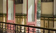 """O Cine Íris: azulejos pintados a mão Foto: Mônica Imbuzeiro / Agência O Globo """"....o edifício centenário da Rua da Carioca, que no passado abrigou o Cinematógrafo Soberano, é um dos últimos exemplos de arquitetura art nouveau ainda de pé na cidade. E preserva alguns dos  Leia mais sobre esse assunto em http://oglobo.globo.com/rio/um-passeio-pelo-art-nouveau-art-deco-carioca-10267660#ixzz42Pi1642Y"""