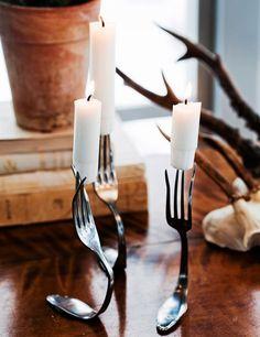 INSPIRERANDE JULDUKNING MED ENKLA MEDEL: Gamla gafflar förvandlas snabbt till personliga ljusstakar med hjälp av en tång. Kvällens samtalsämne? Men glöm inte att hålla koll på dem!   Hus & Hem - via Bettina Holst