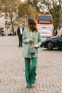 Jeanne Damas at the Paris Fashion Week Spring 2019 Green Fashion, Look Fashion, Autumn Fashion, Paris Fashion, 70s Fashion, Daily Fashion, Spring Fashion, Street Style 2018, Look Street Style