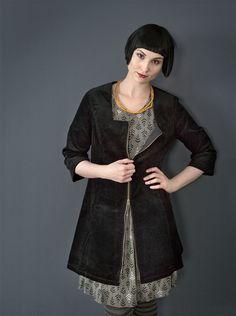 Herbstmode Basics 2012 - Cordtunika in Schwarz:  Auch gibt es die Tunika in Schwarz. Sie besteht aus Baumwollcord, hat einen Metallreißverschluss, eckigen Ausschnitt und eigearbeitete Taschen. Kombiniert ist es mit dem Trikotkleid 'Vippa', das ebenfalls aus der Herbstkollektion stammt.
