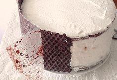 Mod de preparare Tort cu ciocolata si bezea: Blat: Punem cacaoa intr-un vas si turnam apa clocotita, amestecand continuu. Amestecam pana dispar toate cocoloasele si obtinem o compozitie de consistenta uleiului. Lasam la racit. Separam albusurile de galbenusuri. Albusurile se bat spuma tare cu un praf de sare. Adaugam jumatate…