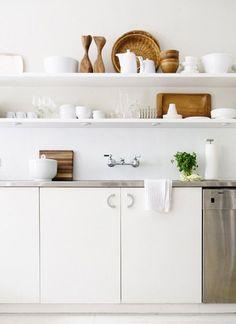 #excll #дизайнинтерьера #решения Самое трендовое сочетание – это белый цвет с деревом. Белый цвет прекрасно гармонирует с любым оттенком натурального дерева. На такой кухне любой человек будет чувствовать себя комфортно…