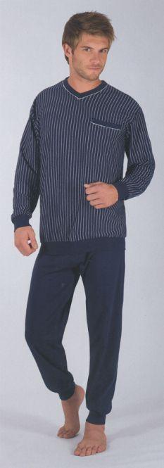 Der schamante CECEBA Pyjama in blau mit 100% Baumwolle. http://www.the-big-gentleman-club.com/ceceba-optical-pyjama-lang-3390-5607-xxl-uebergroesse.html Das Oberteil ist gestreift, wobei die Hose unifarbend ist.