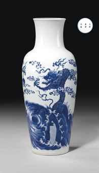 RARE VASE EN PORCELAINE BLEU BLANC  CHINE, DYNASTIE QING, MARQUE A SIX CARACTERES ET EPOQUE KANGXI (1662-1722)