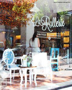 Mesitas junto a la ventana en La Rollerie. Foto de www.madridcolblog.com