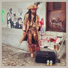 """Daniel es un artista callejero que se viste como """" Jack Sparrow """" el personaje de ficción de la serie cinematográfica """"Los Piratas del Caribe"""". Todos los días se instala con todos sus instrumentos de pintura sobre la 6a. avenida de la zona 1. En ese lugar entretiene con su arte a los transeúntes que pasan por el lugar. Foto Jesús Alfonso/Soy502"""