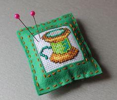 Zielona poduszeczka na igły z filcu z haftowanym motywem  szpulki nici
