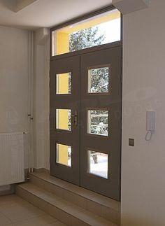 zweiteilige hauseingangst r mit schwarzen riegeln aus kunststoff dunklem verspiegeltem glas im. Black Bedroom Furniture Sets. Home Design Ideas