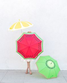 Add some color to your rainy day with a DIY fruit slice umbrella.