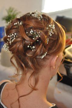 bruidskapsel met lussen en losse plukjes met gipskruid als haar accessoires door bruid en Beauty Almere