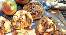 Finns det något godare än nybakade bullar? Med äpplen och kardemumma blir de ännu godare och saftigare. Detta recept är helt fantastiskt. Läge för bullfest! Land, Fika, Shrimp, Meat