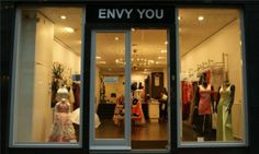 Envy you is een winkeltje dat gespecialiseerd is in gala/feest jurken maken en verkopen. In Ze geven de jurken in een zacht licht weer en plaatsen hun mooiste creaties voor in de etalage.
