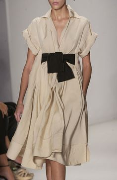 Donna Karan at New York Fashion Week Spring 2006 - Livingly Donna Karan at New York Fashion Week Spring 2006 - Details Runway Photos Moda Fashion, High Fashion, Petite Fashion, French Fashion, Modelos Plus Size, Inspiration Mode, Donna Karan, New York Fashion, Fashion Outfits