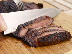 Steakhouse-Style Grilled Marinated Flank Steak Serious Entertaining: An Easy (and Inexpensive) Grilled Steak Dinner Marinated Flank Steak, Flank Steak Recipes, Beef Recipes, Cooking Recipes, Beef Flank, Grilled Recipes, Grilled Beef, Water Recipes, Gastronomia