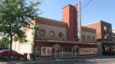 Le cinéma Capitol est un bâtiment construit en 1937 et comportant une façade de style Art déco. On y présente alors des films mais aussi des spectacles de magie, des vaudevilles et des cirques. Ce bâtiment de 900 places est un témoin de l'histoire du centre-ville de Drummondville car, dès les années 1930, la rue Lindsay où s'élève le cinéma devient une artère commerciale importante.  Photo : Jean-François Rodrigue, 2004 © Ministère de la Culture et des Communications