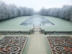 Don't know who took this stunning photo of the central Parterre at the Chateau de Courances, but it's too beautiful not to share. Landscape Architecture, Landscape Design, Garden Design, Versailles, Parks, Veranda Magazine, Formal Gardens, Winter Garden, Shade Garden