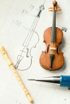 scale violin in pearwood, gut strings, ebony fingerboard and tailpiece, bridge in recycled ivory. Also treble recorder in boxwood. Miniature Rooms, Miniature Crafts, Miniature Houses, Miniature Furniture, Doll Furniture, Dollhouse Furniture, Diy Dollhouse, Dollhouse Miniatures, Dollhouse Accessories