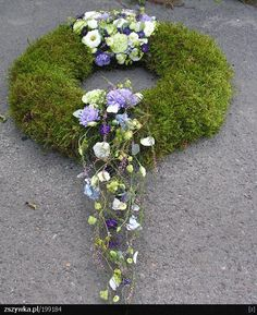 Fantastic Pics Funeral Flowers art Style Whether or not that you are organizing as well as going to, funerals are usually your sorrowful and in some ca. Grave Flowers, Cemetery Flowers, Funeral Flowers, Halloween Floral Arrangements, Funeral Flower Arrangements, Deco Floral, Arte Floral, Art Floral Noel, Cemetery Decorations