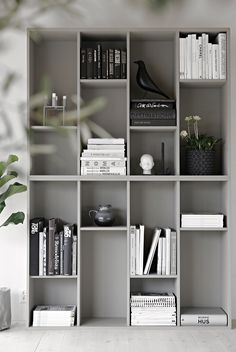 IKEA-hack: Förvandla bokhyllan Valje till en stillebenhylla - You are in the right place about home decor ikea Here we offer you the most beautiful pictures abo - Ikea Bookcase, Bookshelves In Living Room, Ikea Living Room, Ikea Shelves, Ikea Storage, Storage Hacks, Grey Bookshelves, Painted Bookshelves, Shelving Units