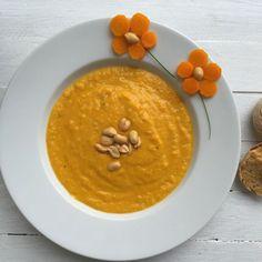 Möhren-Erdnuss-Suppe mit Möhren Dinkel Brötchen von Kinder kommt essen