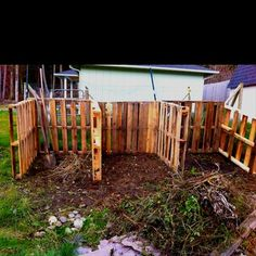 old pallets, compost heap Inspiration for garden compost heap. This can be made as large as needed to contain the entire garden's worth of compost able materials. Pallet Crates, Pallet Fence, Old Pallets, Recycled Pallets, Wooden Pallets, Fence Stain, Outdoor Pallet, Brick Fence, Front Yard Fence