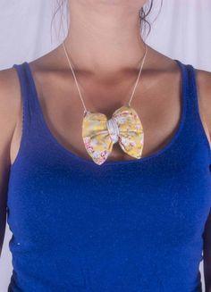 Collier nœud papillon jaune