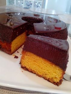 Carrot cake with chocolate pudding. Brasilian recipe in Portuguese. This is so wrong…. Sweet Recipes, Cake Recipes, Dessert Recipes, Delicious Desserts, Yummy Food, Portuguese Desserts, Partys, Chocolate Pudding, Cake Chocolate