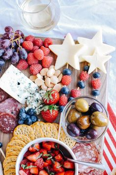 Idées DIY Fêtes : Strawberry Bruschetta Memorial Day is right around the corner so kick off the summer with the Ultimate Patriotic Cheeseboard! Grab your Bruschetta, Fourth Of July Food, July 4th, Strawberry Cheesecake Bites, Charcuterie And Cheese Board, Cheese Boards, For Elise, Eat Yourself Skinny, Blue Food Coloring