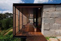 Bloques de hormigón con un largo pasillo de madera