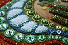 "Mijn kijk op je wereldclose-up - ""My view of your world"" kralen en - Wool Quilts, Creative Textiles, Wool Embroidery, Little Bit, Penny Rugs, Felt Applique, Felt Fabric, Felt Ornaments, Bead Crafts"