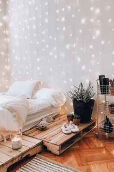 Amazing 21 Cozy Decor Ideas With Bedroom String Lights Boho Bedroom Design With String Lights ★ Amazing DIY decorations can be made, using bedroom string lights. And this party decor. String Lights In The Bedroom, Twinkle Lights Bedroom, Bedroom With Fairy Lights, Hanging Lights Bedroom, Decorating With Fairy Lights, Fairy Light Decor, Fairy Lights Ceiling, Backyard String Lights, Bed Lights