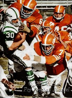 New York Jets playing the Denver Broncos, Nfl Broncos, Nfl Football Players, Denver Broncos, Football Photos, Sports Photos, Afc Nfl, Nfl Uniforms, American Football League, Superbowl Champions