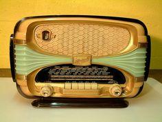 Océanic Surcouf 1956 Taiteellinen muotoilu on tunnusomaista Ranskalaiselle Océanic Surcouf putkiradiolle, radiota valmistettiin vuosina 1954 - 1958.