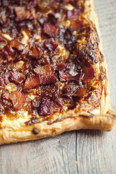 Caramelized Onion, Bacon, and Blue Cheese Puff Pastry Tart – Pastry rezepte Puff Pastry Recipes Savory, Puff Pastry Appetizers, Savory Tart, Tart Recipes, Appetizer Recipes, Recipes Dinner, Caramelised Onion Tart, Caramelized Onions, Puff Pastry Quiche