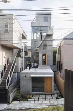 Fragments of architecture : Hut and Tower House / Maki Onishi + Yuki Hyakuda. - Fragments of architecture House Architecture Styles, Japanese Architecture, Modern Architecture, Concrete Architecture, Modern Buildings, Beton Design, Design Design, Narrow House, Tower House