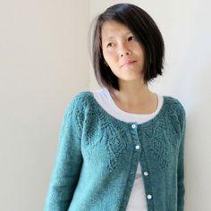 """Ce patron vous propose de tricoter un superbe cardigan tricoté """"top down"""", donc de haut en bas, sans couture, avec un superbe motif oriental sur l'empiècement."""